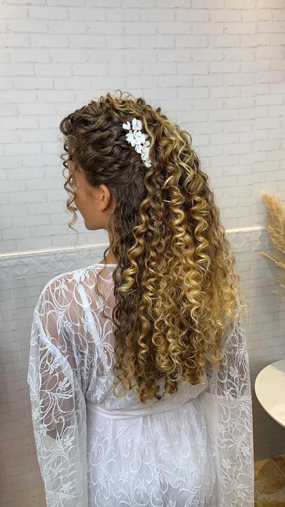 penteado cabelo cacheado loiro e presilha branca