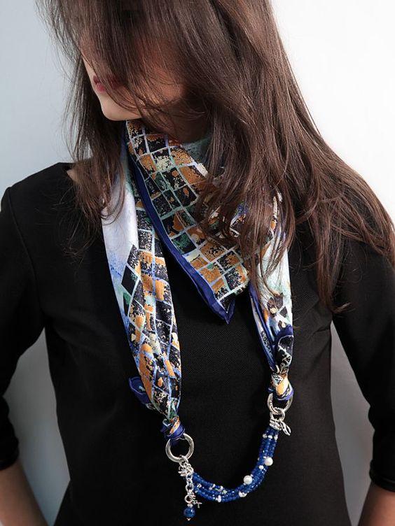 Foulard Mila Schon Blu   Foulard 100% seta firmato Mila Schon con catena multifili blu e moschettone in ottone base argento placcato oro.  #gioielli #foulard #collane #seta #madeinitaly #puglia