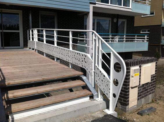 passerelle extérieure avec garde corps en aluminium et plancher bois
