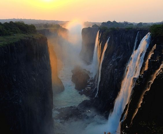 Le Cascate Vittoria che segnano il confine tra Zambia e Zimbawe. Lunghe oltre un kilometro e mezzo e con un salto di 128 metri, le sue acque si gettano nello Zambesi che finisce nell'oceano Indiano. Non confondere con il lago Vittoria che si trova piu' a nord tra Tanzania Uganda Kenia. Le cascate vennero visitate dallo scozzese Livingston che le volle chiamare Vittoria in onore dell'allora regina Inglese . Era il novembre 1855