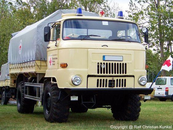 IFA L 60 1218 4x4 ND Pritschenfahrzeug Deutsches Rotes Kreuz - Baujahr 1989, Hersteller: VEB IFA-Automobilwerk Ludwigsfelde, techn. Daten: wassergekühlter 6-Zylinder-Reihen-Viertakt-Dieselmotor, Hubraum 9.160 cm³, Leistung 132 kW (180 PS), Drehmoment 634 Nm, permanenter Allradantrieb mit zuschaltbarem Sperrdifferenzial am Verteilergetriebe und an den Achsdifferenzialen, Leergewicht 6.500 kg, Nutzmasse 5.500 kg, Vmax. 82 km/h - das Fahrzeug wurde vorerst von der Bundeswehr aus NVA-Beständen…