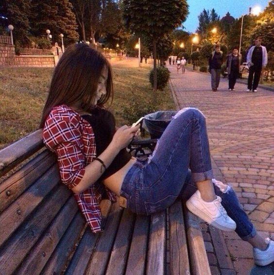 menina com look tumblr sentada no banco