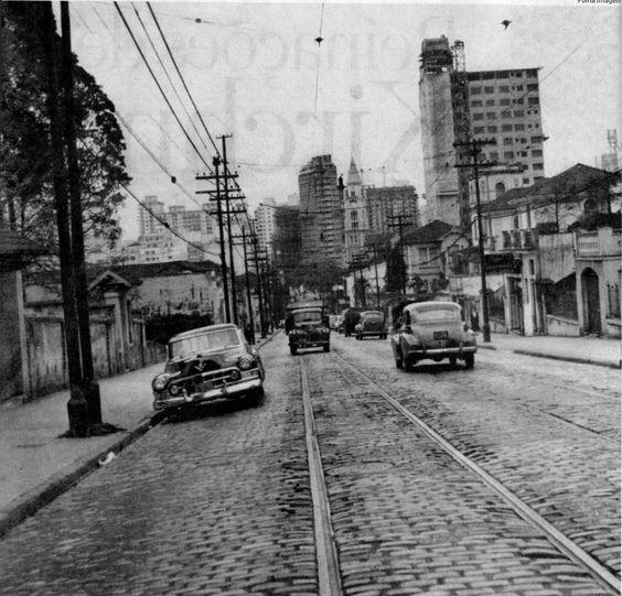 Rua da Consolação, 1956, com autos e bondes. Rampa que desce para a Igreja, ainda não duplicada: