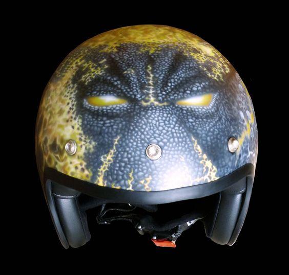 """This helmet is based on a common police helmet and was designed by BUGS-CUSTOM. (front)    Als Basis dient ein handelsüblicher """"Police-Helm"""", der dann auf und mit BUGS-CUSTOM-ART bearbeitet wurde. (Vorderansicht)"""