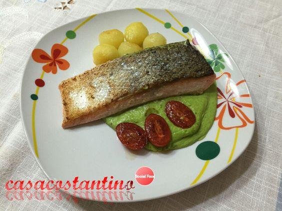 #casacostantino: Trancio di salmone sous vide con crema di piselli, pommes parisiennes e pomodorini - Oggi cucina...Emanuele