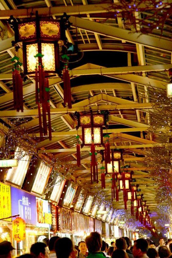 Chợ đêm Huaxi cũng bày bán nhiều mặt hàng khác