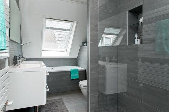 Moderne kleine badkamer met ligbad dubbele wastafel toilet en douche kleine badkamer - Moderne badkamer met ligbad ...