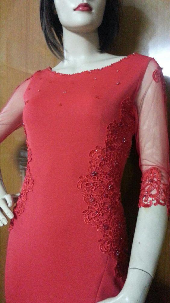 Váy dự tiệc được thiết kế dáng váy đuôi cá, cổ thuyền và phối ren - đính hạt thủ công hai bên sườn, tay tạo điểm nhấn hiệu ứng lấp lánh cho người mặc