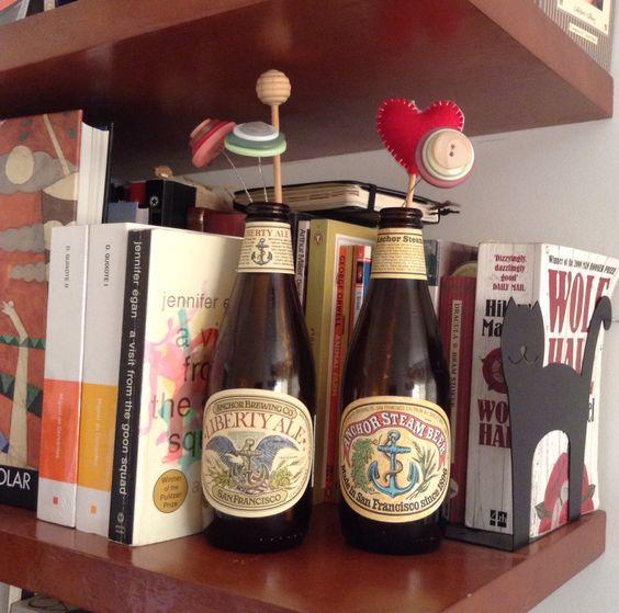 Garrafinhas de cerveja com flores de botões e coração de feltro
