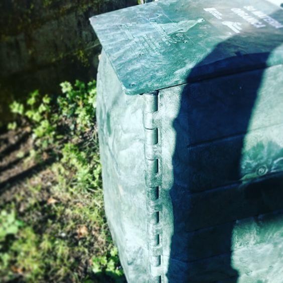 Qué es una compostera?  Pues básicamente es un recipiente cerrado, con una tapa por arriba, sin suelo por abajo para que lo de dentro esté en contacto con la tierra y con algún sistema para poder coger ese contenido que hay en su interior en el futuro empezando por abajo. Hecha la descripción interior... qué es esto?