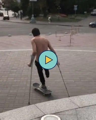 Homem sem perna andando de skate e mandando ver.