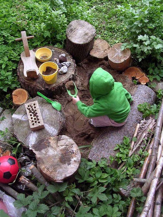 natuurlijke speelhoek in de tuin