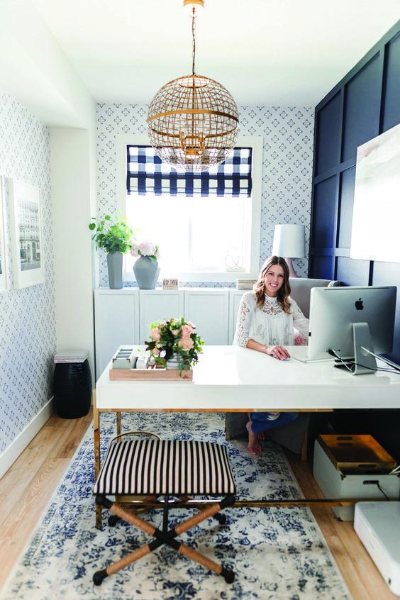 Para compor a decoração de seu home office, você pode investir na mistura de tons e texturas de uma mesma cor.