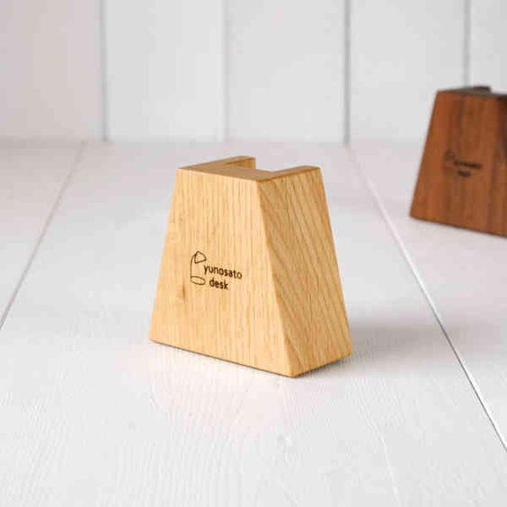 お気に入りの本やCDが「起立」する、木製スタンドピース。の画像