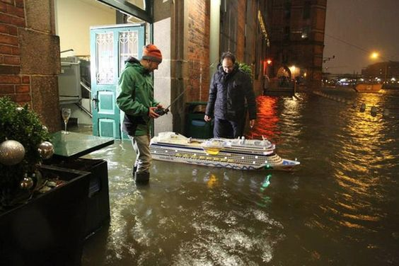 Und bei Hochwasser holen sie einfach anderes Spielzeug heraus. | 24 Fotos, die beweisen, dass Hamburger die besten Menschen der Welt sind