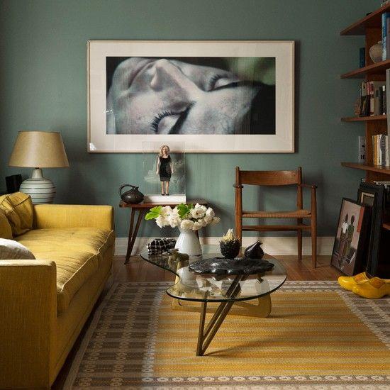 Hohe Stehlampe große Fenster Hochglanzboden Möbel in Retro Stil