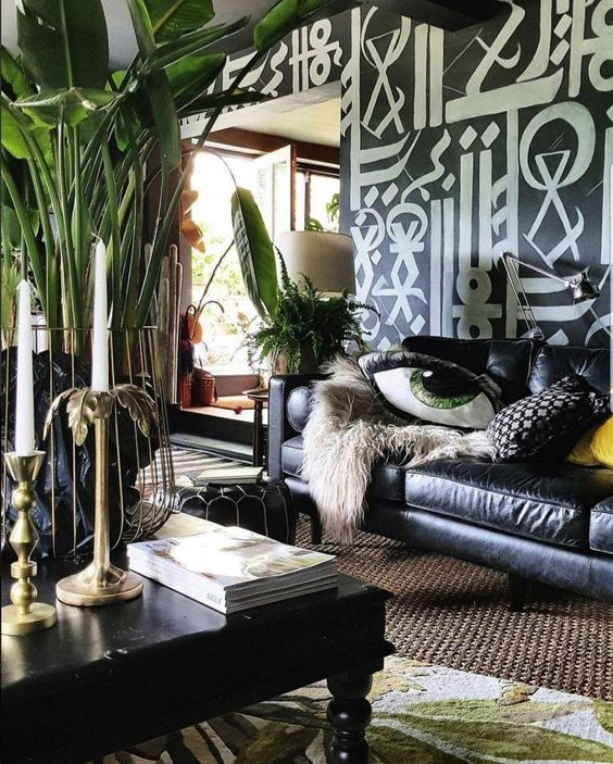 handpainted mural on dark walls with eclectic decor #DecoraciondeInteriores