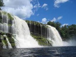 La Laguna de Canaima se encuentra ubicada en el Parque Nacional Canaima, es uno de los lugares más bellos de Venezuela