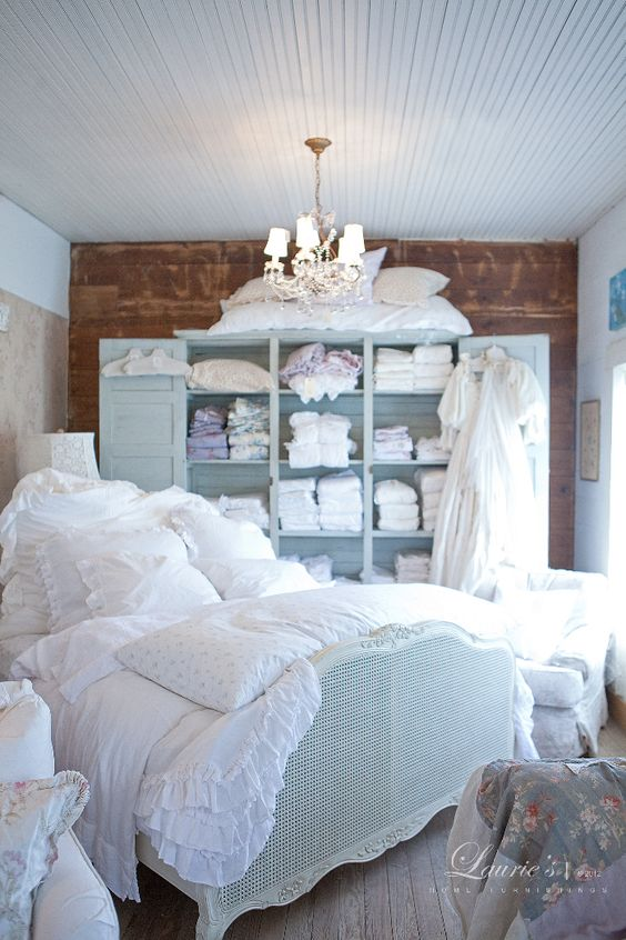 ...I ❤ this!  Rachel Ashwell cama llena de cojines y apetecible