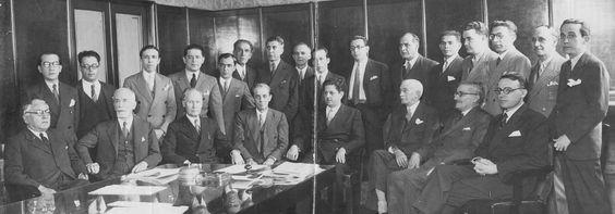 Bancada do Partido Progressista de Minas Gerais, reunida com o governador Benedito Valadares (da esquerda para a direita, sentado na quinta posição), 1934. Belo Horizonte (MG). (CPDOC/ GP foto 005)