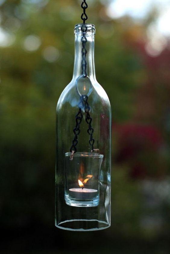 Colgando del vino de la botella de la linterna.  Ponga una luz de té dentro de una botella de vino y esta linterna que cuelga es tan creativo!