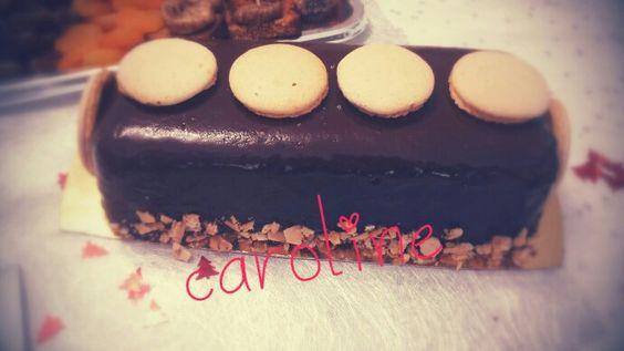 Bûches mousse caramel insert ganache nutella/feuilletine/daquoise amandes/glaçage miroir au chocolat et macarons pour la déco