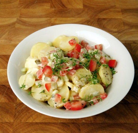 Ein Klassiker der nicht nur zu Weihnachten schmeckt. Gewürzgurken, Tomaten, Salatgurke und Joghurt machen den Kartoffelsalat schön frisch.