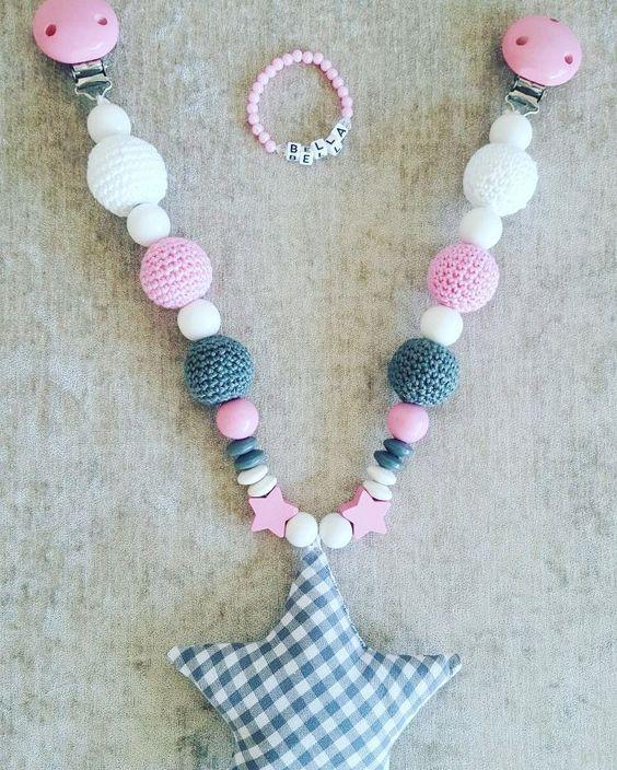 #handmade #mitliebegemacht #vichykaro #stern #cottonballs #crochetlove #amigurumi #unikate #babypresent #kinderwagenkette #schnullerkette #presentforbaby #star#geburtsbänder #rosa #weiss #momtobe #babygifts by nazan_dogu