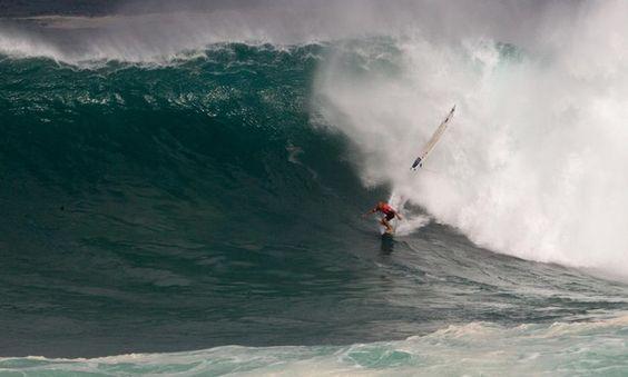 Kelly Slater em Waimea, quase sendo atingido pela prancha de outro surfista