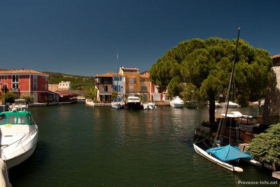Immer wieder ergeben sich in Port Grimaud neue Ausblicke auf das Wasser