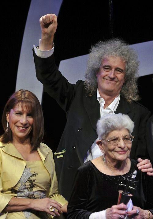Brian May With Freddie Mercury S Mother Jer Bulsara And Sister Kashmira Cooke Q U E E N In 2018 Pinterest Fred Legenda