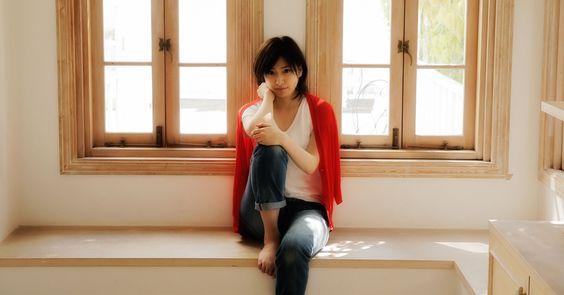 窓辺に座る南沢奈央