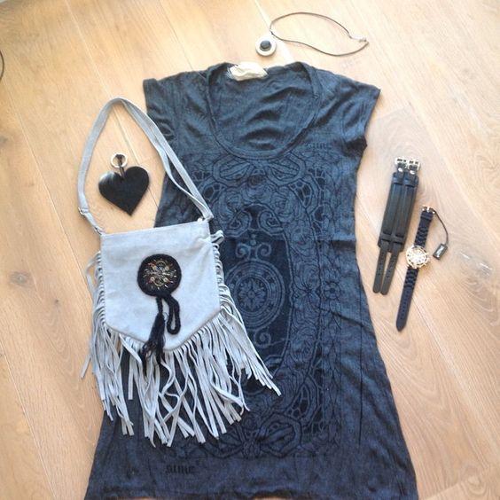 Boho jurk & fringe bag! Ibiza, boho jurk in grijs, grijs tasje met fringes, tas hanger hart van vacht, handmade ketting met zwarte steen, horloge en stoere brede leren armband! Alles te koop op www.fabstyle.nl #fabstyle #love #leer #jurk #bohème #tas #boho #ibiza #stoer #summer #strand #bag #hippie #handmade #horloge #johnny depp #jewelry #ketting #zilver #zwart #grijs #tas hanger