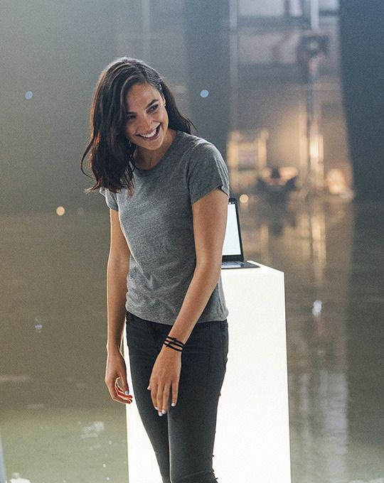 You Can Keep Your Outfits Simple When You Re Naturally Beautiful And Tall And Skinny Or Gal Gadot Gal Gadot Style Gal Gardot Gal Gadot