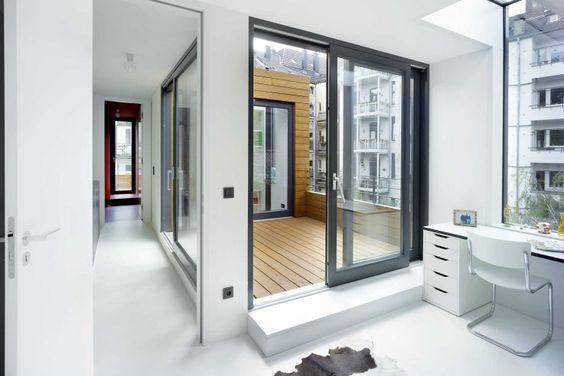 Die eingeschnittene Terrasse entspricht dem Deckenloch darunter und lässt sich von beiden Seiten begehen | Buddenberg Architekten ©Michael Reisch, Düsseldorf