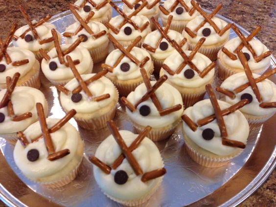 This idea for decorating the cupcakes is a great one!   This is adorable @Emmeretta Russey