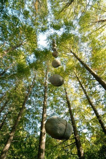 Ushio Sakusabe: Floating stone - Perpendicular