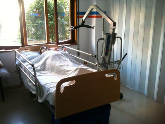 Detalle del aula sanitaria. Cama, muñeco articulado para prácticas y grúa para movilizaciones de enfermos encamados.