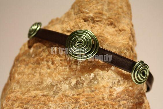 Pulsera realizada en tira ancha de cuero marrón chocolate con espirales en alambre de color verde. Cierre ajustable con trabillas.