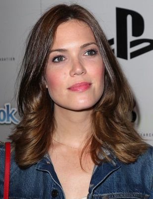 Celebs who share my square face shape: Gwyneth Paltrow, Demi Moore, Mandy Moore, Keira Knightley and Rosario Dawson. Here, Mandy Moore shows off a very flattering hairstyle with her square face. Shoulder-length hair is flattering on all face shapes. The long layers start just below her chin and her hair ends right at her shoulders.