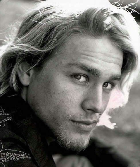 charlie hunnam got a little heath ledger thing going on here