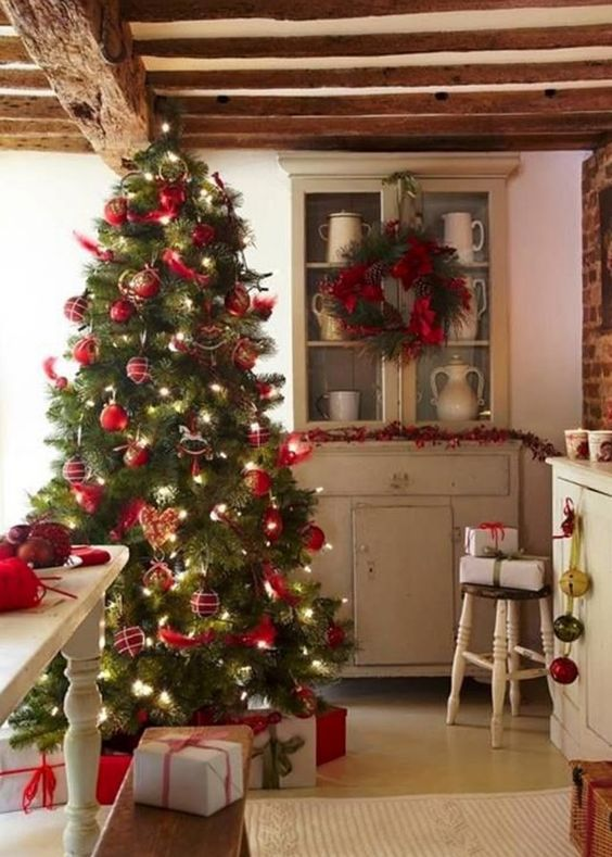 Une d co de sapin de no l traditionnelle christmas for Decoration lumignon 8 decembre