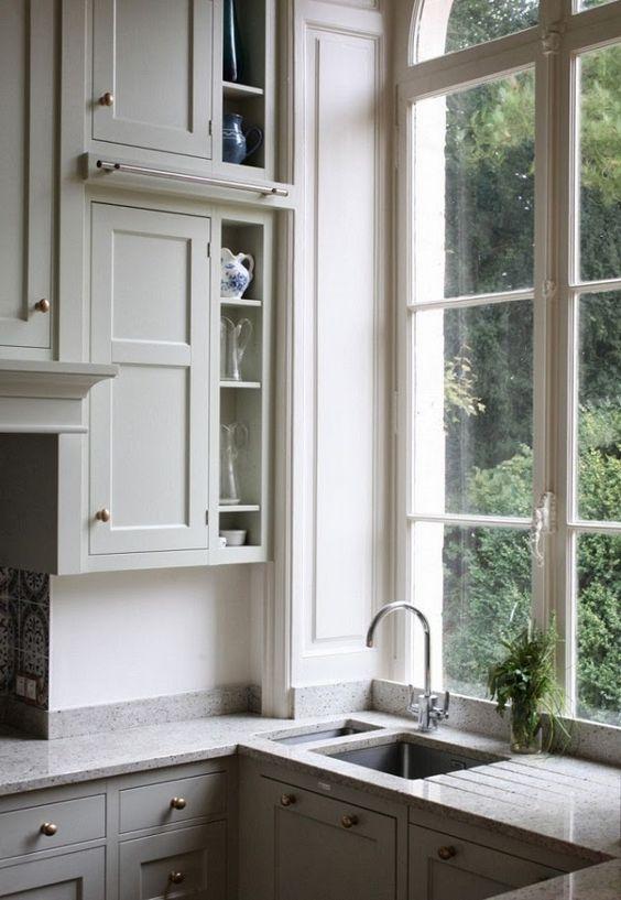 Fregadero bajo la ventana de la cocina.: