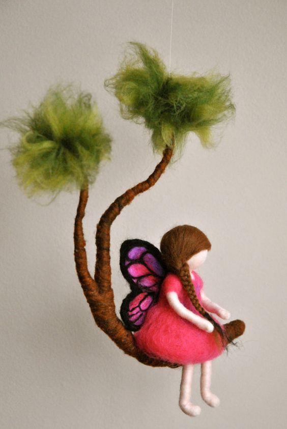 filles mobile waldorf inspir aiguille feutr f e papillon rose dans une branche wool birds. Black Bedroom Furniture Sets. Home Design Ideas