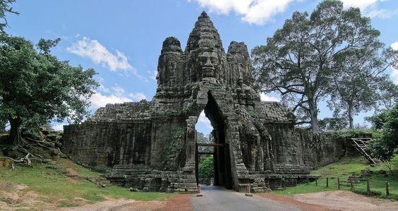 Ngôi đền Angkor Thom có 4 cổng hướng Đông – Tây – Nam – Bắc. Khuôn mặt trên các ngọn tháp đại diện cho nhà vua, các vị thần Lokesvara, thần hộ vệ của vương quốc Khmer cổ.