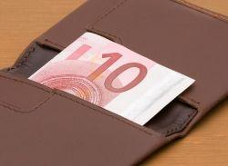 Bellroy Slim Sleeve Wallet: - Schlankes Design für eine schlanke Geldbörse- Zieh-Lasche für Karten, die man seltener braucht- Scheine können zwei- oder dreifach gefaltet werden- Pflanzlich gegerbtes Premium-Kuhfell- Mit drei Jahren Garantie ArtNr 9343783000692