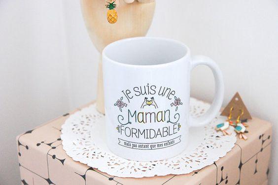 Cadeau parfait pour la fête des mères et pour toutes occasions pour remercier sa maman. Ce mug peut être aussi acheté par toutes les mères qui sont fières de leurs enfants.  La phrase en bas peut être modifiée ( à noter en fin de commande dans le message au créateur ) : mais pas autant
