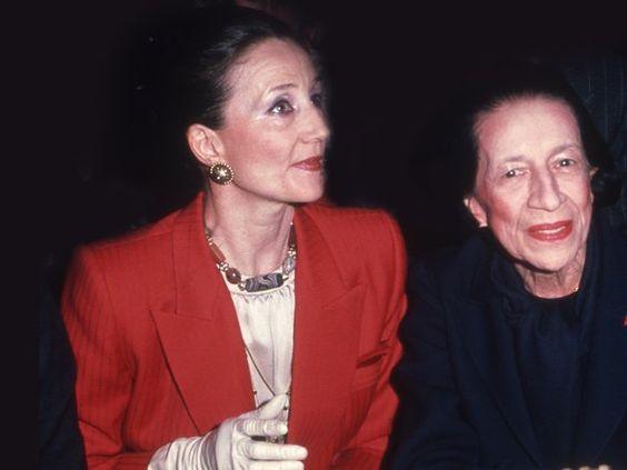 Diana Vreeland zusammen mit Jaqueline De Ribes bei einer Show von Modedesigner Oscar de la Renta.