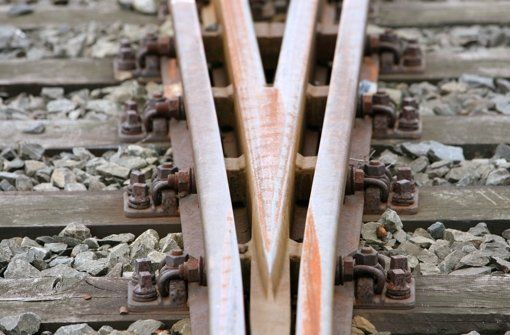 Am Donnerstag brachten gleich zwei Störungen den Schienenverkehr bei den Stuttgarter S- und Stadtbahnen ins Stocken. Betroffen waren die Linien S6, S60, U1 und U14. Im Fall des Oberleitungsschadens bei der Stadtbahn sucht die Polizei Zeugen. http://www.stuttgarter-zeitung.de/inhalt.leonberg-und-stuttgart-sued-stoerungen-bei-s-bahn-und-stadtbahn.25683f22-40ae-43e9-a7c0-43d9c3bad186.html