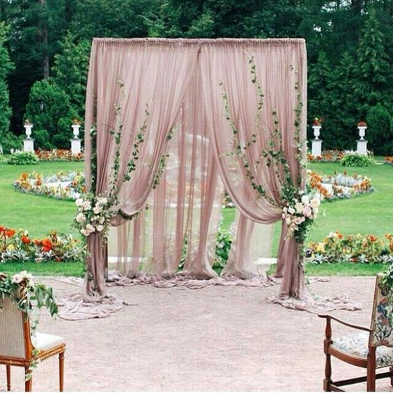Para la ceremonia que tal esta decoración de jardines para bodas en blush con toques florales. | How about this blush decor for your garden wedding?